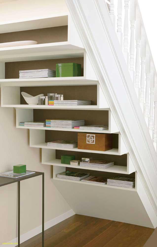 Organize suas coisas embaixo da escada.