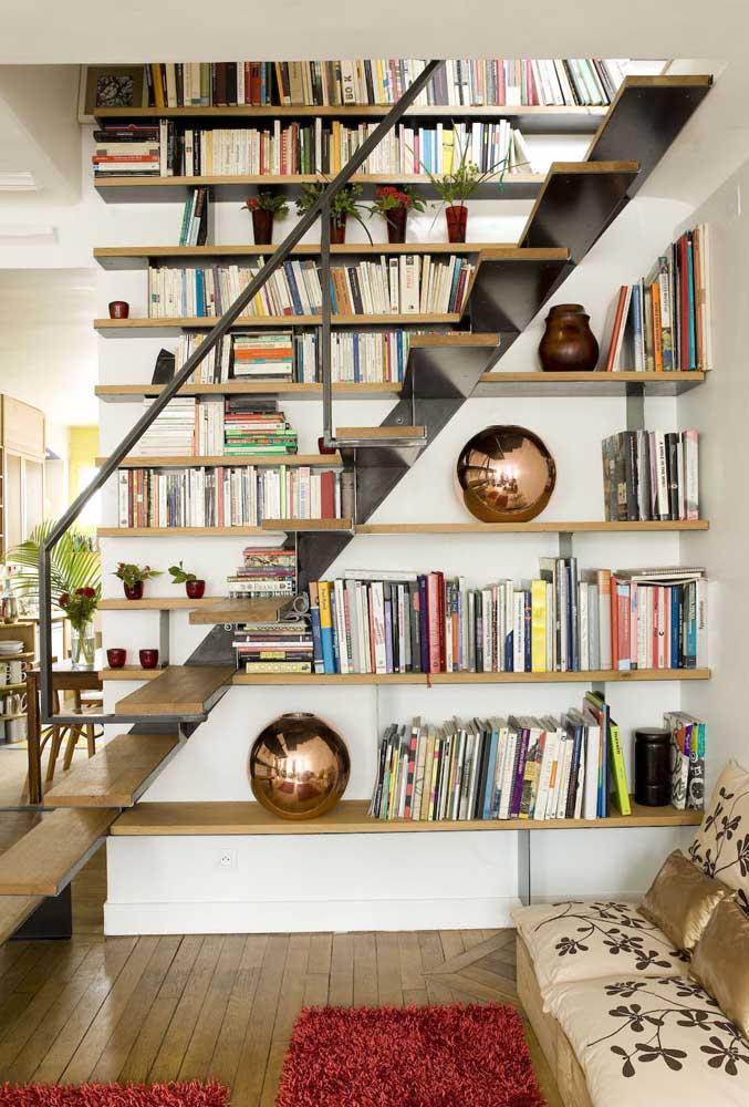 Que tal fazer uma biblioteca embaixo da escada?