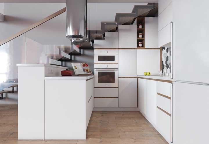 Olha que cozinha maravilhosa que é possível fazer embaixo da escada.