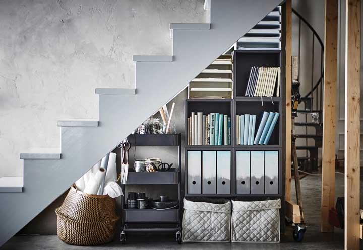 Aproveite o espaço embaixo da escada para organizar seus pertences.