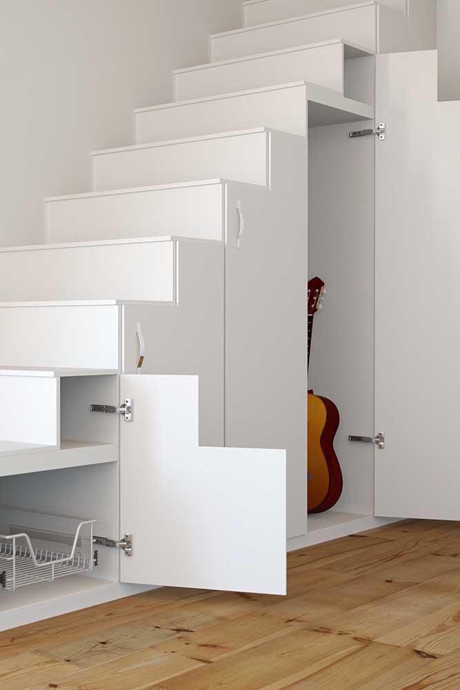 Você pode aproveitar a área embaixo da escada de diferentes formas.