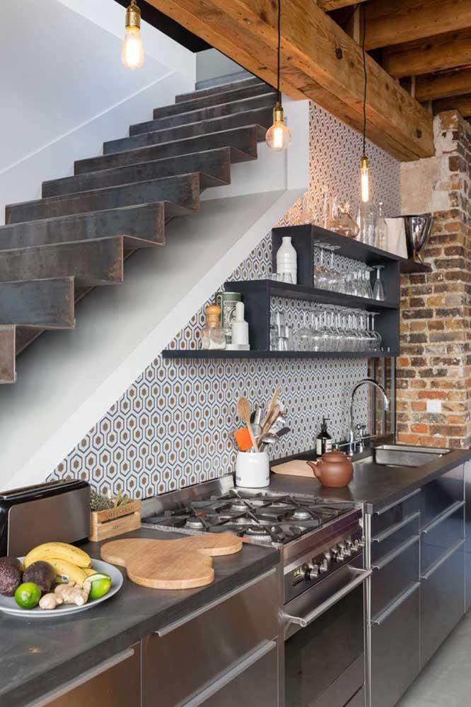 Já pensou em fazer uma cozinha embaixo da escada?