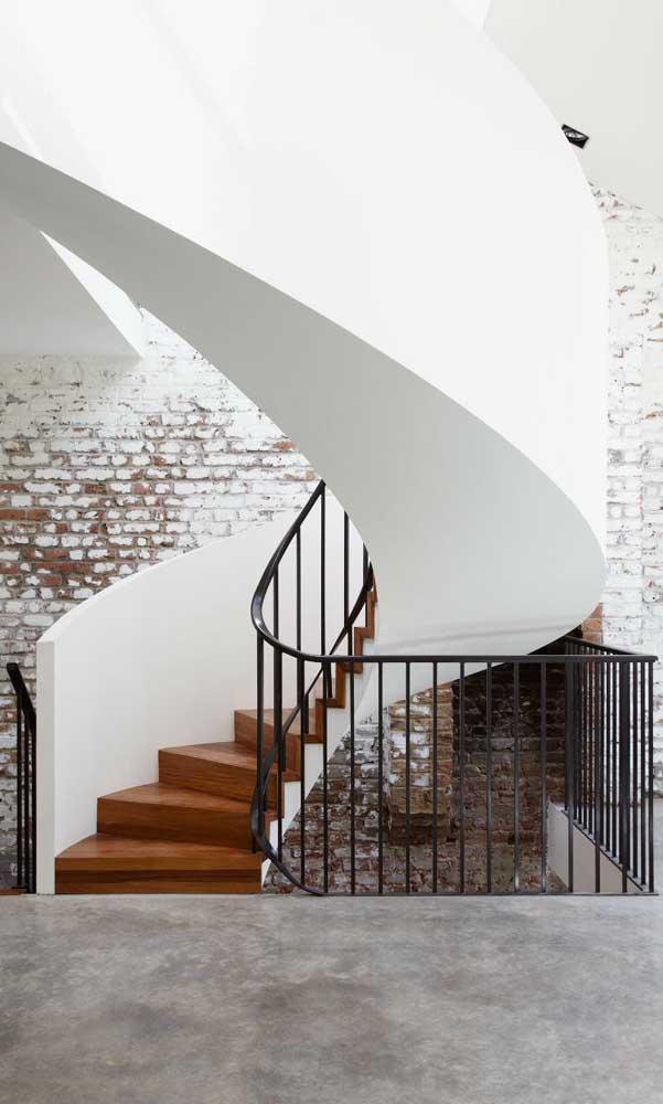 Escada caracol de madeira misturada com concreto para deixar sua casa linda.