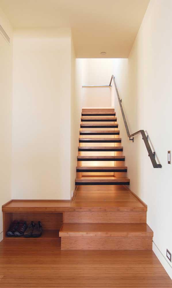 Faça uma escada de madeira interna como essa para sua casa.