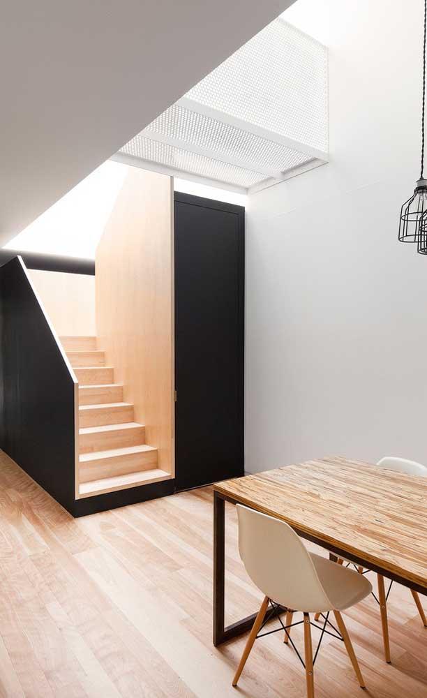 O que acha de escolher a escada de madeira em L para decorar o ambiente?