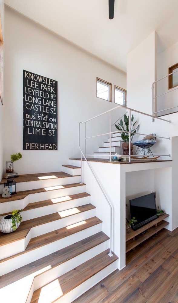 Veja uma boa oportunidade para aproveitar a parte de baixo da escada de madeira.