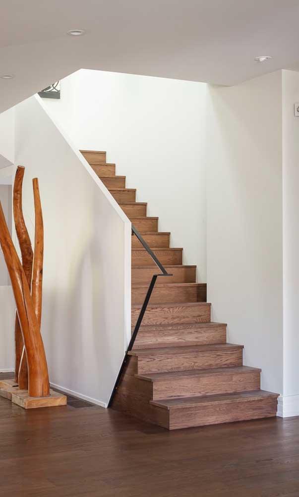 Ao invés de fazer apenas o corrimão, você pode fazer um parede de proteção na escada.