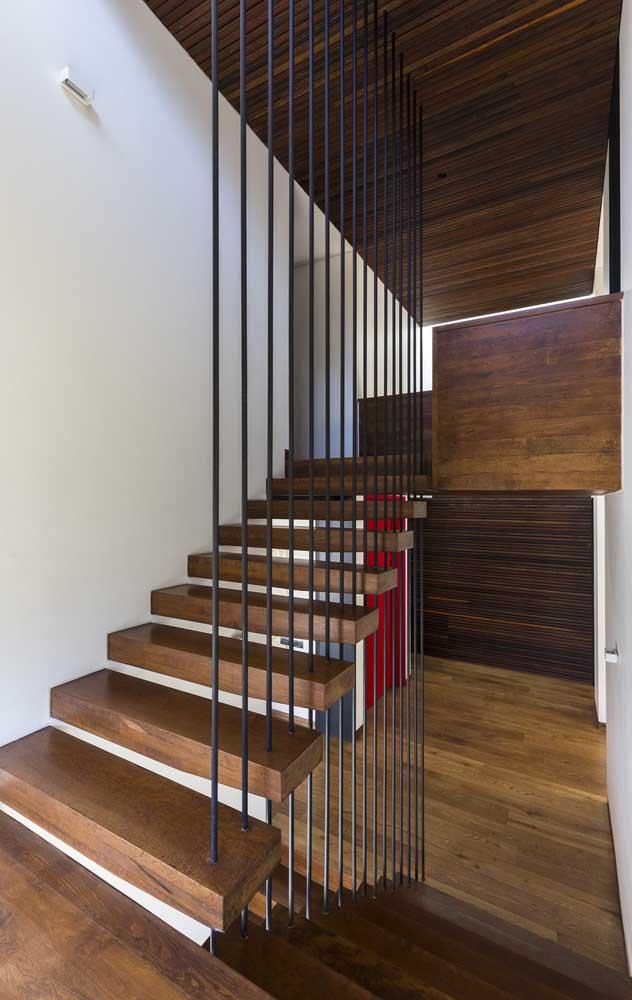 Olha que corrimão moderno e perfeito para combinar com a escada de madeira.