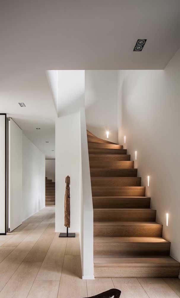 Que tal fazer uma escada de madeira simples para sua casa?