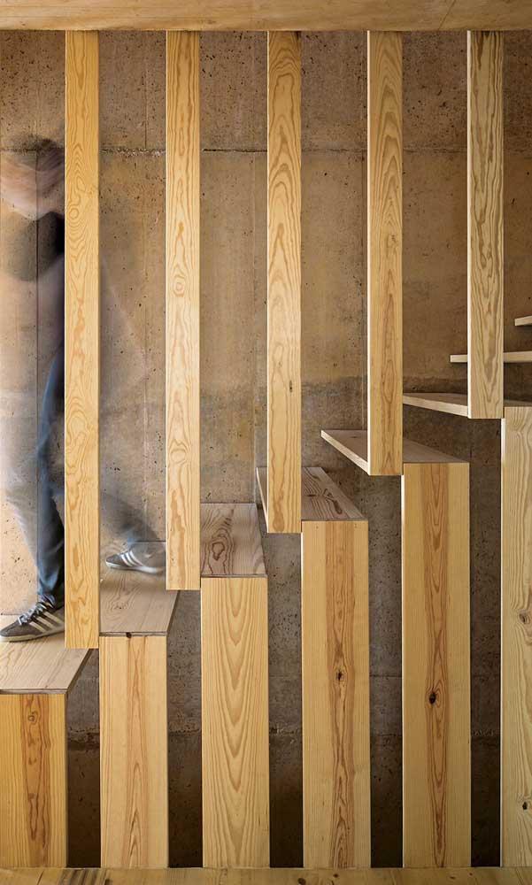 Os degraus e corrimões se misturam nesse modelo de escada de madeira.