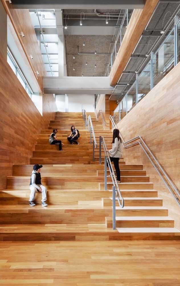 Olha o luxo que ficou essa escada de madeira combinando com a decoração do ambiente.