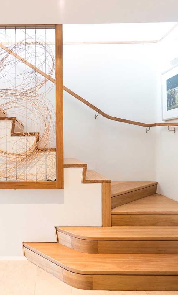 Coloque um objeto decorativo na escada para chamar mais atenção.