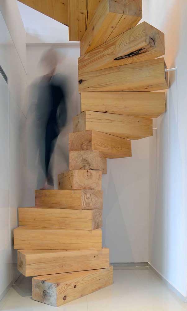 Já pensou em fazer uma escada de madeira rústica como essa?