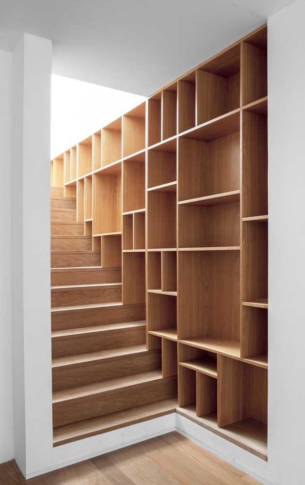 Que tal aproveitar a lateral da escada para colocar um armário como esse?