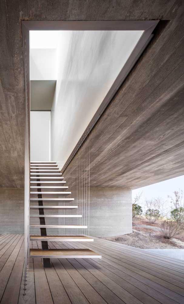Você pode fazer uma escada de madeira externa em um lugar protegido.