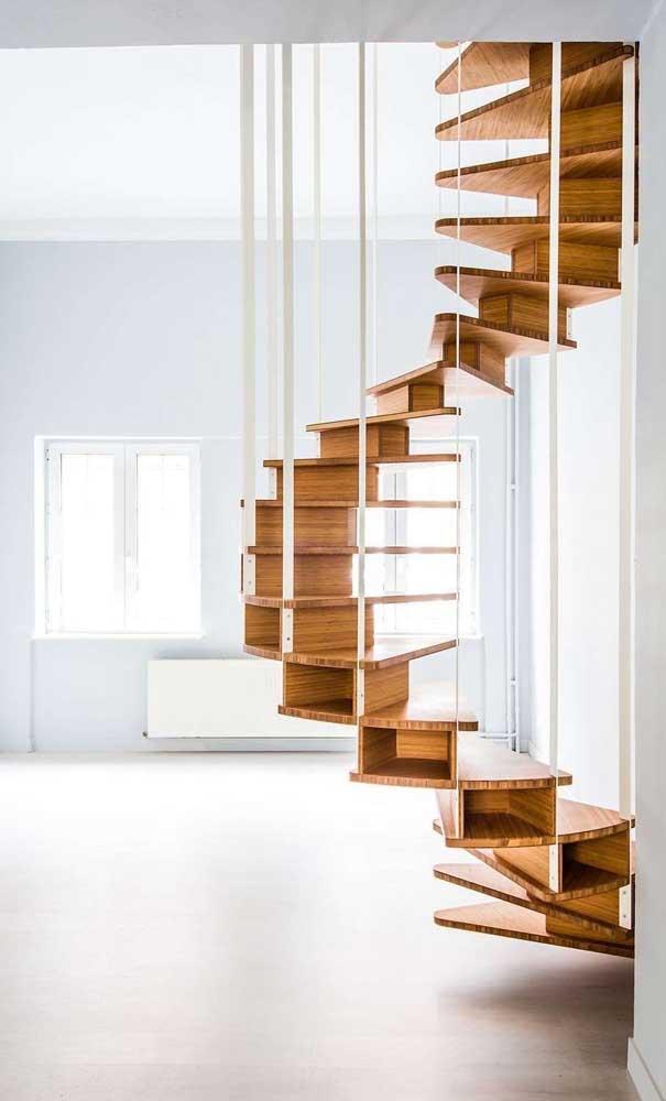 O corrimão de escada de madeira é um item importante para segurança.