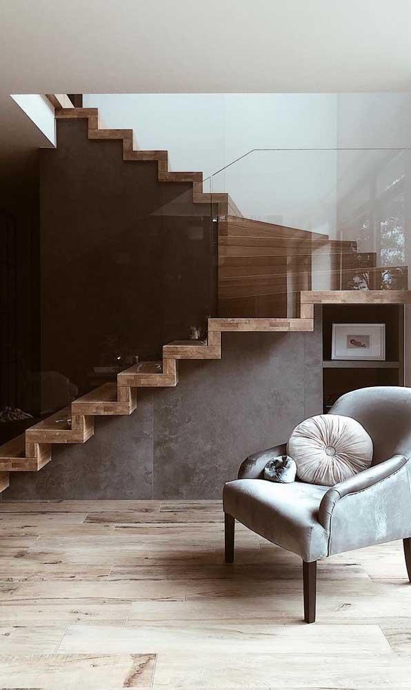 A escada de madeira com vidro é perfeita para quem deseja ter um ambiente minimalista.