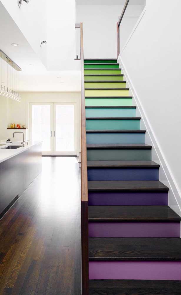 Já pensou em ter uma escada de madeira colorida em casa?