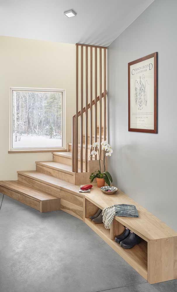 A madeira permite que você crie móveis para combinar com a escada.