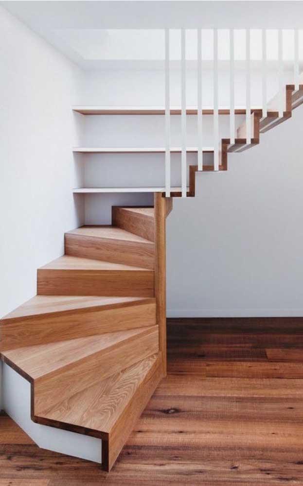 Que tal misturar madeira com outros materiais para fazer a escada da sua casa?