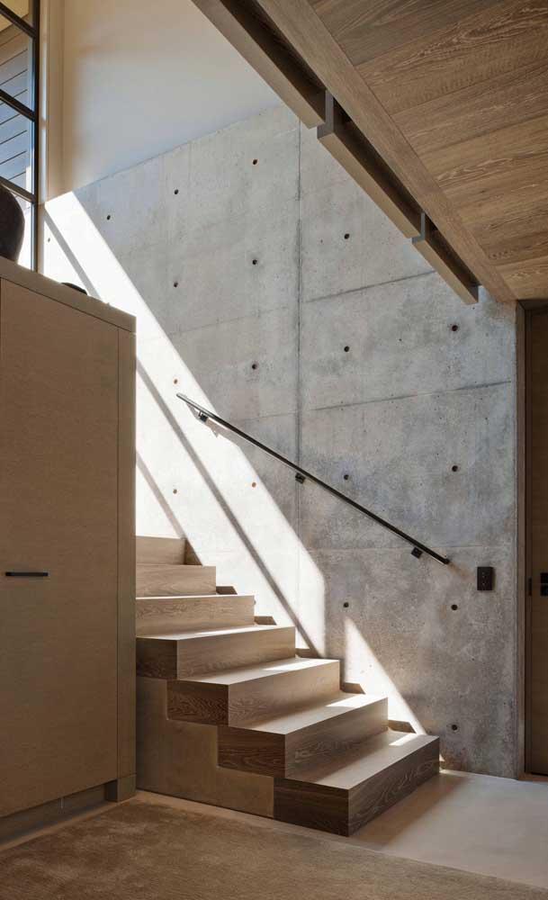 Uma boa opção é projetar a escada próxima da parede de concreto.