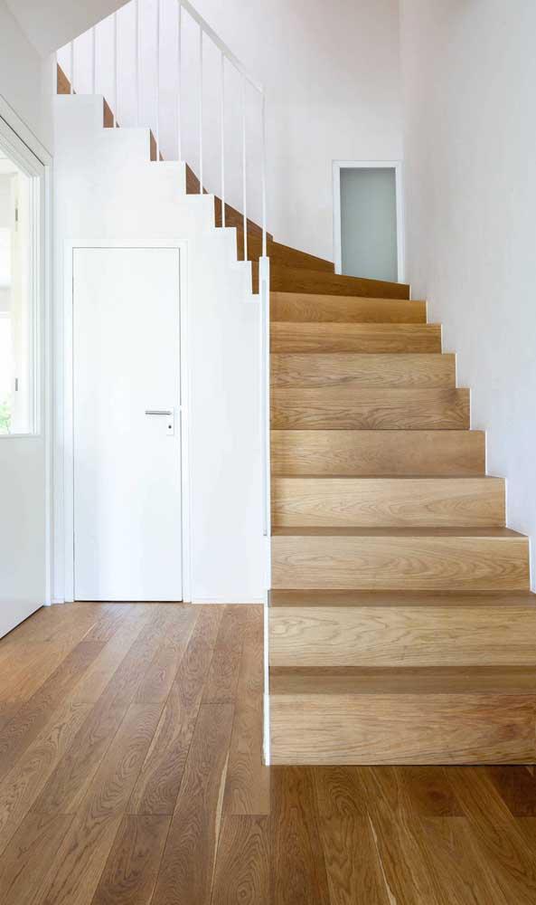 E se for possível combinar a escada de madeira com o piso?