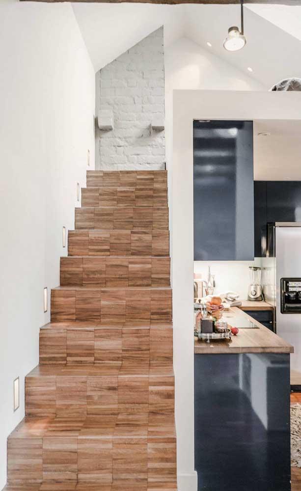 Aposte em texturas diferentes na hora de fazer a escada de madeira.