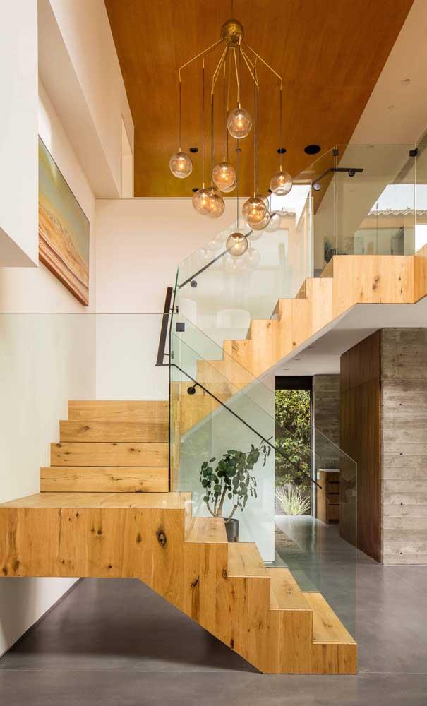 Olha que luxo essa escada de madeira com vidro.
