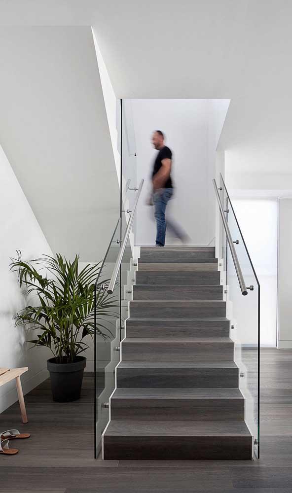 Mais uma opção simples e linda para escada de madeira com vidro.