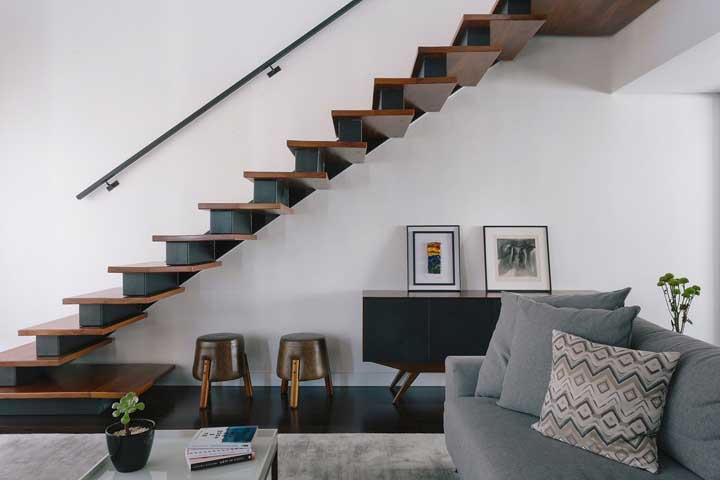 Olha como a escada valoriza a sala de estar.