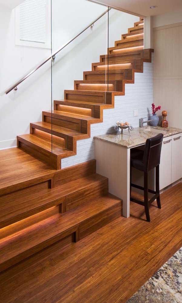 Saiba como aproveitar a parte de baixo da escada.