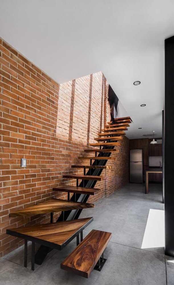 Com esse modelo de escada você não pode ter crianças em casa.