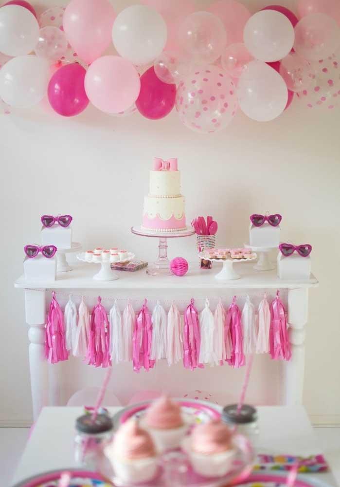Dá para fazer uma festa da Barbie simples com balões e outros elementos decorativos.