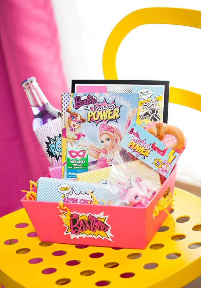 Uma caixa cheia de itens pode ser a lembrancinha da Barbie para entregar aos convidados.
