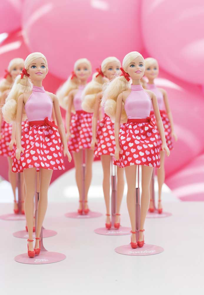 É claro que a boneca da Barbie não pode faltar na decoração da festa.