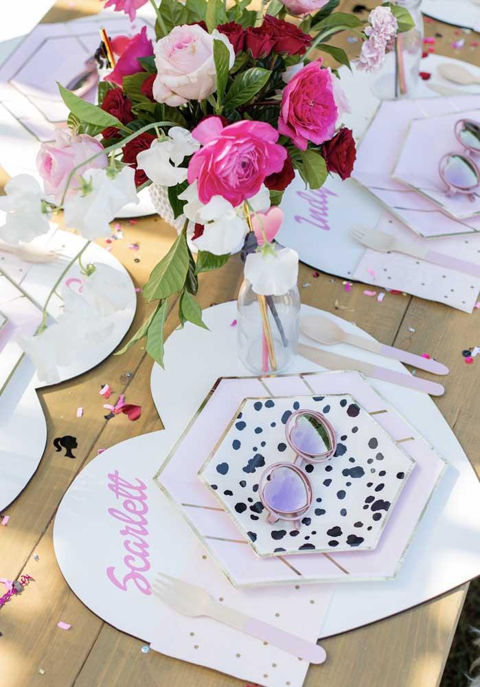 Preste atenção nos itens personalizados que são usados para decorar a mesa.