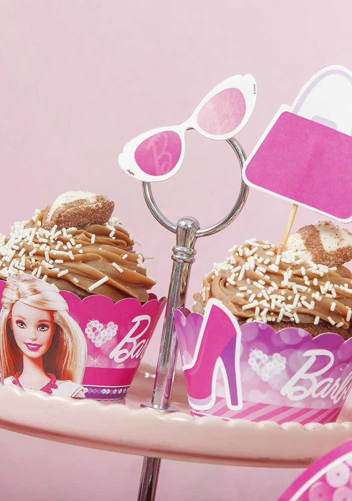 Na decoração de festa da Barbie princesa use itens personalizados para colocar os doces do aniversário.
