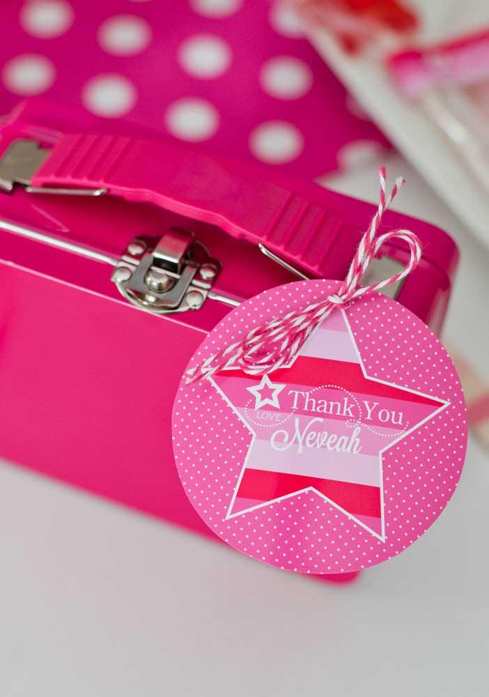 Que tal entregar uma maletinha como lembrancinha da festa Barbie paris?