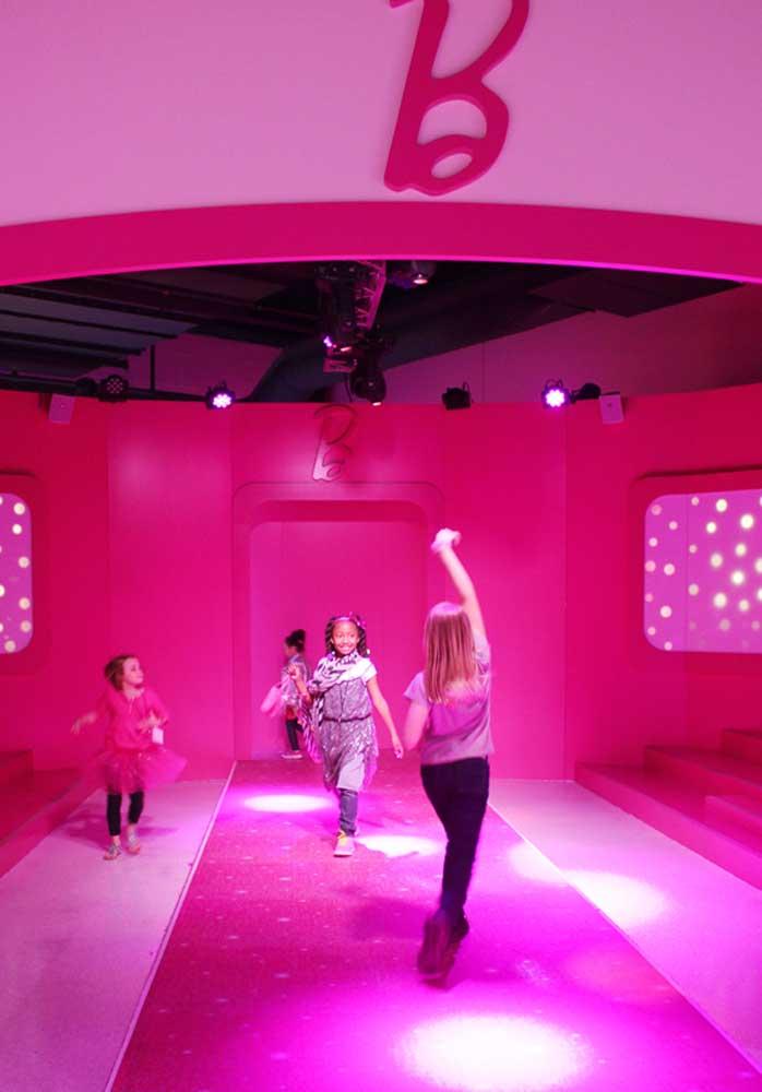 Olha que espaço maravilhoso para as meninas desfilarem e dançarem na festa Barbie.