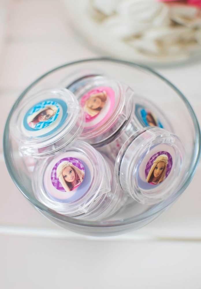 Latinhas transparentes e personalizadas com a carinha da Barbie.