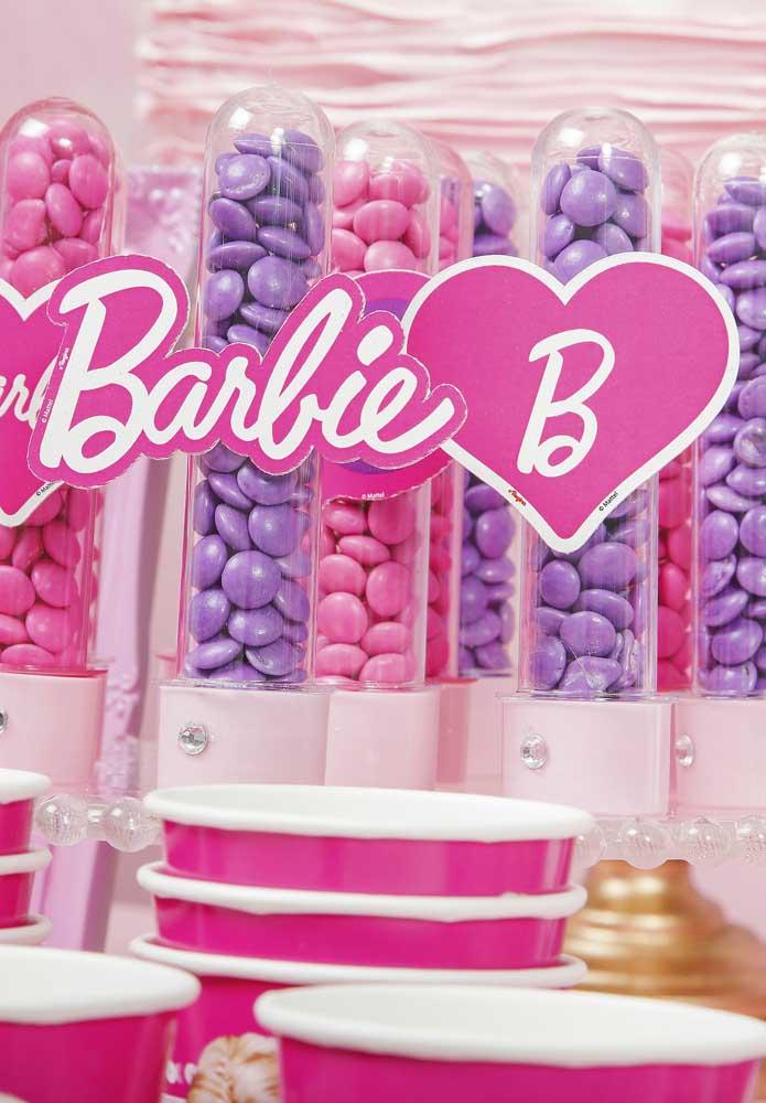 Quem disse que em uma festa da Barbie simples e barata não dá para personalizar a decoração?