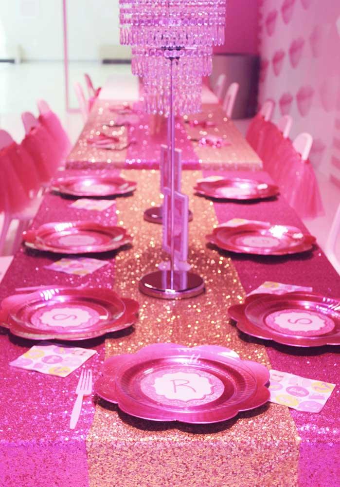 Na decoração de festa da Barbie princesa capriche na organização da mesa dos convidados.