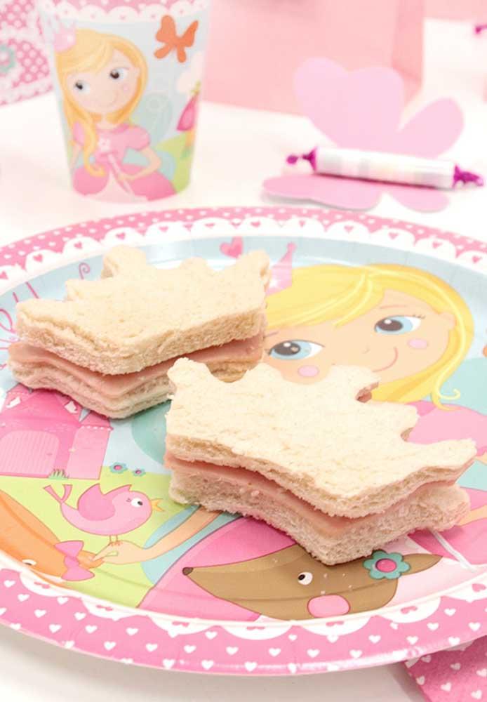 Na festa da Barbie princesa até os sanduíches são cortados no formato de coroa.