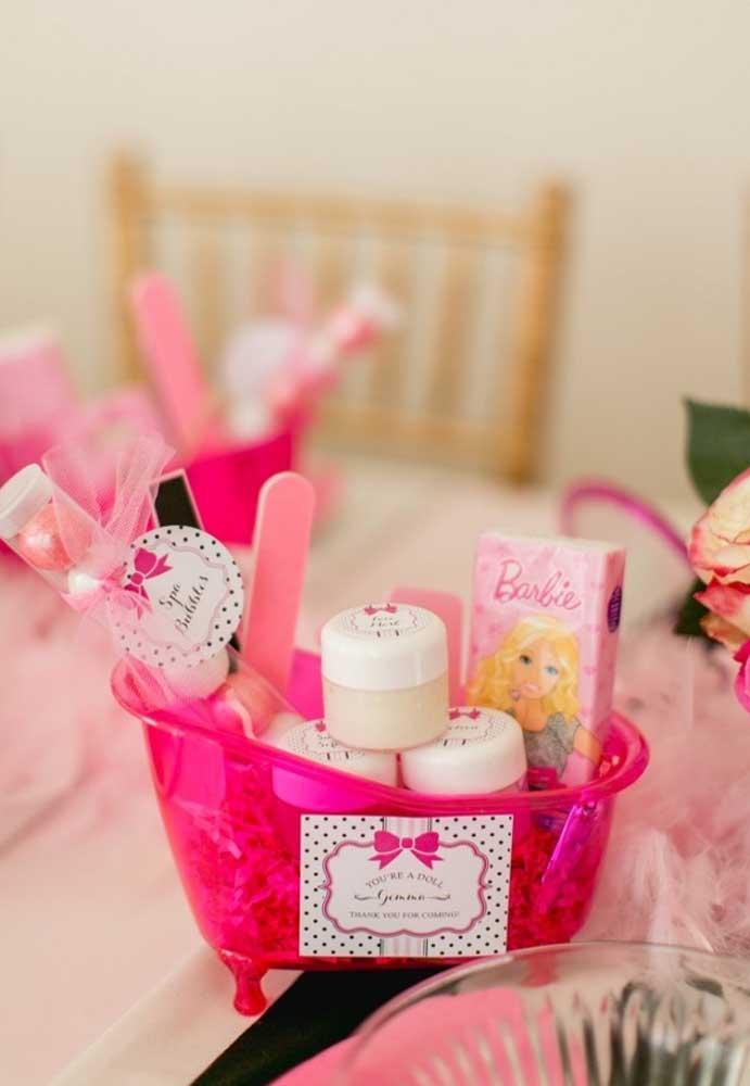 A lembrancinha de aniversário deve ser especial. Que tal presentear os convidados com esse kit festa Barbie?