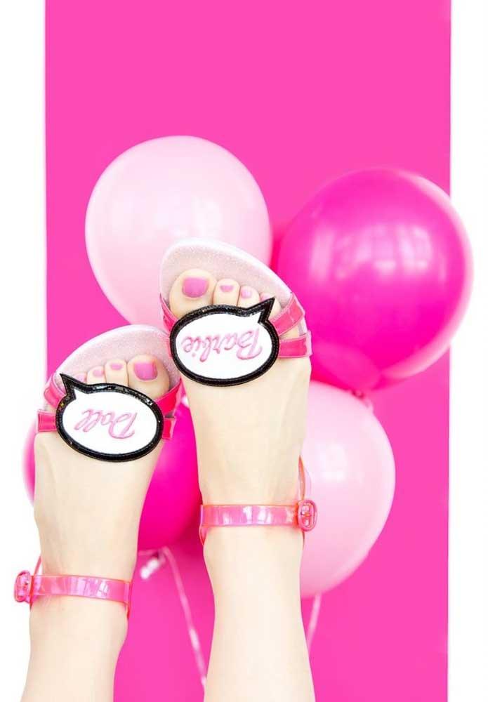 Vestida como princesa dos pés à cabeça para comemorar o aniversário com o tema Barbie princesa.