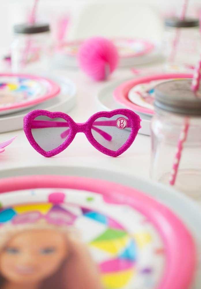 O óculos da Barbie é um acessório que não pode faltar na decoração da festa.