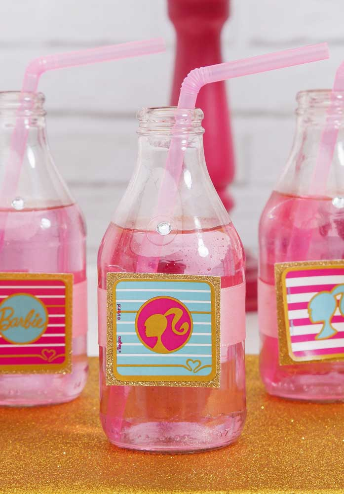Olha o estilo da garrafinha de bebida com o tema Barbie.