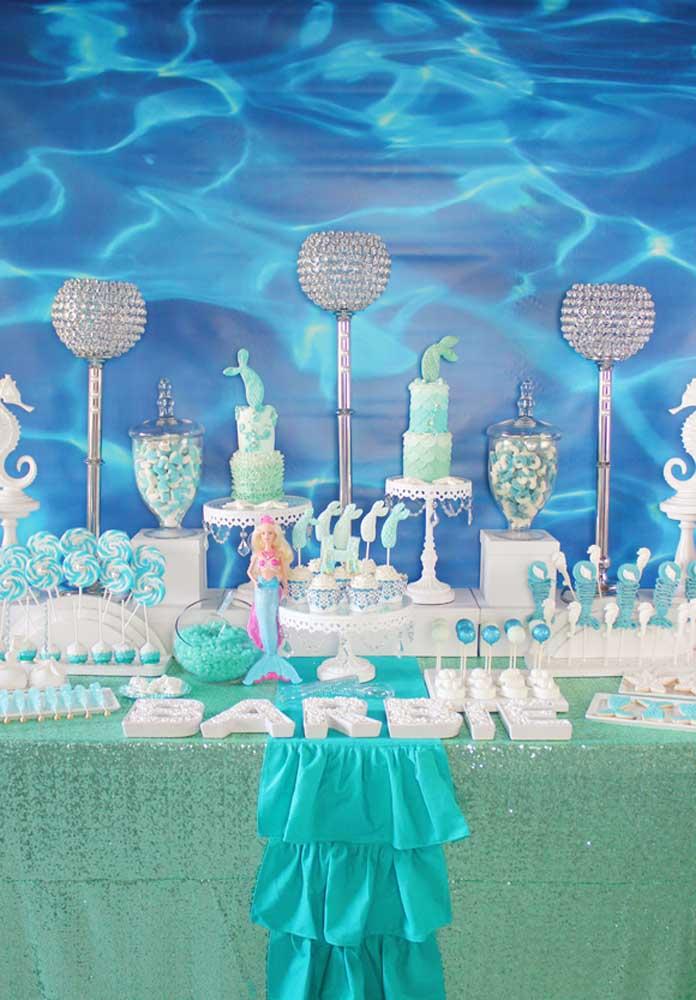 Na festa Barbie sereia construa um cenário inspirado no fundo do mar.