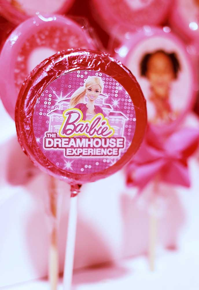 Nas lojas de festa é muito comum encontrar itens para compor a decoração do tema Barbie.