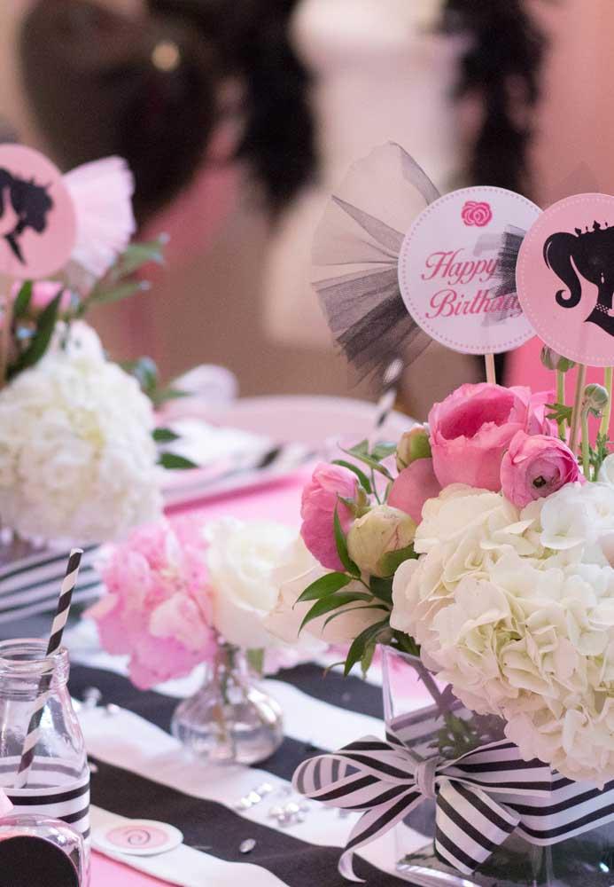 Flores são sempre bem-vindas em qualquer decoração, não seria diferente na festa Barbie.
